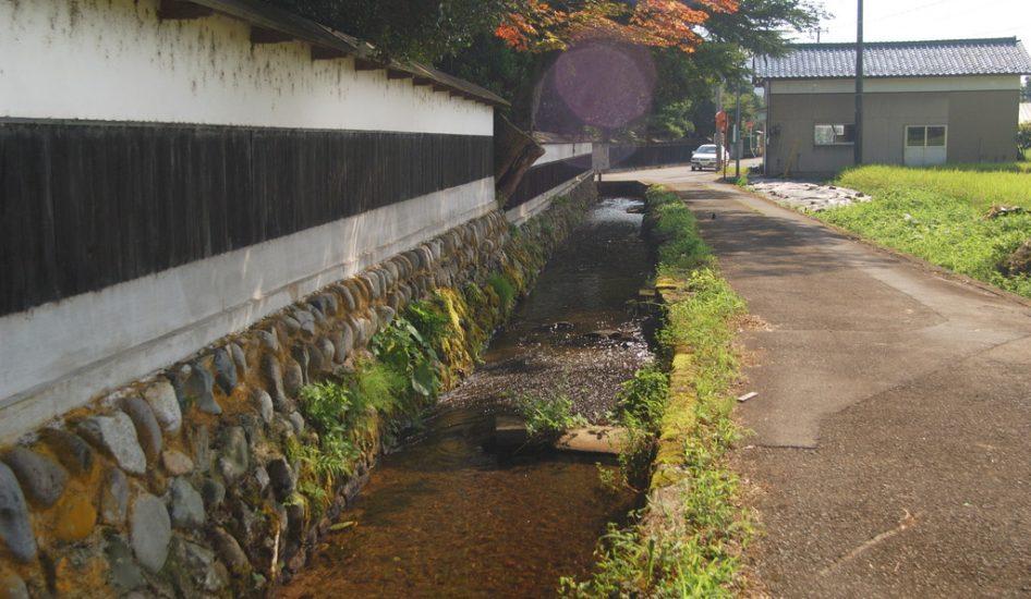 水路と白壁