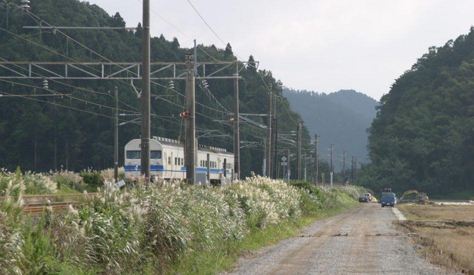 山際を走るJR北陸本線
